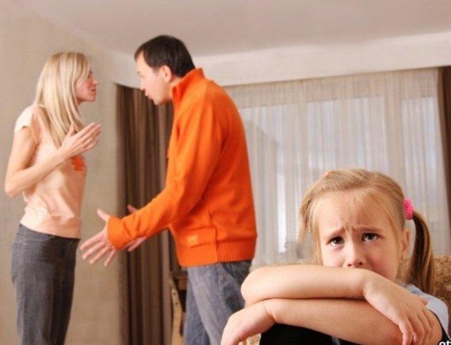 жена ласкает мужа и себя